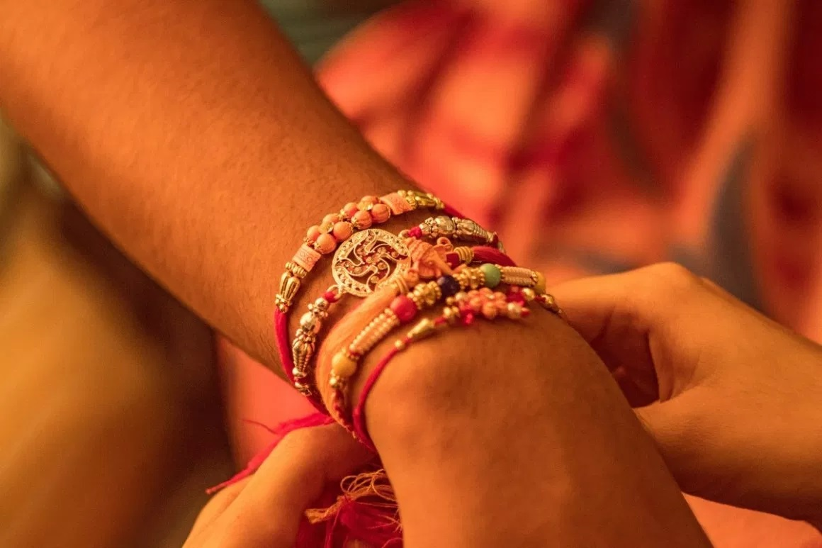 How to Pair the Perfect Rakhi with an Appropriate Gift?